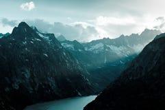 Grimselpass e lago Grimselsee nelle alpi svizzere Fotografia Stock Libera da Diritti
