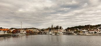 Grimstad, Норвегия - 31-ое октября 2017: Гавань и город Grimstad увиденные издалека, Норвегия, Европа панорама стоковые фотографии rf
