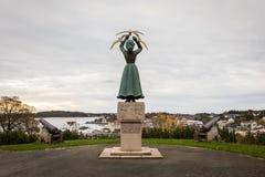 Grimstad Norge - Oktober 31 2017: Statyanseende på Kirkeheia Minne av offer för världskrig II, från 1948 Gjort förbi Royaltyfri Fotografi