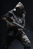 Grimy оставшийся в живых с домодельными оружиями Стоковые Фото