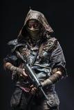 Grimy оставшийся в живых с домодельными оружиями Стоковое Изображение RF