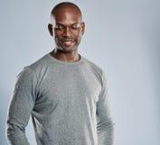 Grina den afrikanska mannen i grå skjorta med kopieringsutrymme arkivfoto