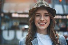 Grina den unga damen i moderiktig hatt royaltyfri bild