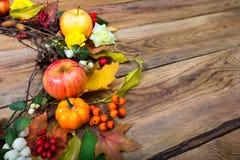 Grinalda da ação de graças com abóbora, maçãs, bérberis, Rowan, cópia Fotografia de Stock