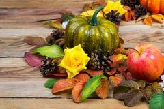 Grinalda da ação de graças com abóbora verde, maçã, rosas de seda amarelas Fotografia de Stock