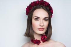 Grinalda da flor da mulher imagens de stock royalty free
