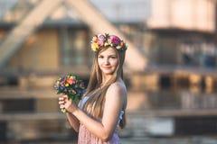 Grinalda da menina e da flor Fotografia de Stock