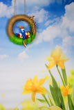 Grinalda da Páscoa com skyline, lebre e flores Fotografia de Stock
