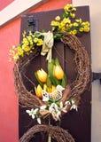 Grinalda da Páscoa Decoração da mola na porta de madeira da casa Fotos de Stock Royalty Free