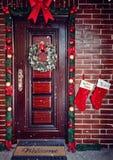 Grinalda decorativa Porta da rua do Natal fotografia de stock