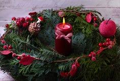 Grinalda do advento com uma vela em um fundo branco Imagem de Stock Royalty Free
