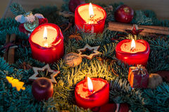 Grinalda do advento com velas iluminadas de cima de Fotos de Stock