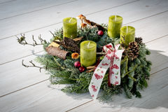 Grinalda do advento com velas verdes Fotos de Stock Royalty Free