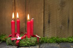 Grinalda do advento ou do Natal com quatro velas vermelhas da cera Imagens de Stock