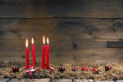 Grinalda do advento ou do Natal com quatro velas vermelhas da cera Imagem de Stock Royalty Free