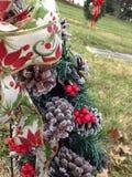 Grinalda do cone do pinho com azevinho no cemitério Imagens de Stock Royalty Free