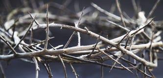 Grinalda do espinho contra o fundo escuro como um símbolo da morte e a ressurreição de Jesus Christ fotografia de stock