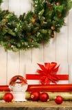 Grinalda do feriado com globo da neve Fotos de Stock