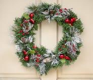 Grinalda do feriado que pendura na porta Foto de Stock Royalty Free