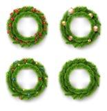 Grinalda do Natal ajustada com bolas do Natal, luzes e as bagas vermelhas Vetor Imagens de Stock Royalty Free
