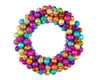 Grinalda do Natal com as bolas da decoração isoladas no branco Fotos de Stock Royalty Free