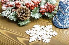 Grinalda do Natal com cones, sino e floco de neve do pinho Imagem de Stock Royalty Free