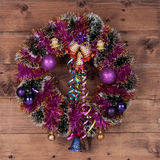 Grinalda do Natal com a decoração na madeira escura Imagens de Stock Royalty Free