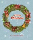 A grinalda do Natal com festão, pão-de-espécie, bolas do Natal, vermelho curva-se Imagem de Stock Royalty Free