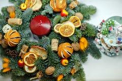 Grinalda do Natal de árvores de Natal, de tangerinas, de laranjas e de jujubas Foto de Stock Royalty Free