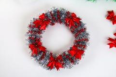 Grinalda do Natal de Diy Guia na foto como fazer uma grinalda do Natal com suas próprias mãos de uma placa do cartão, ouropel, gr fotografia de stock