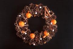 Grinalda do Natal do citrino Na madeira de pinho preto Fotografia de Stock Royalty Free