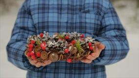 Grinalda do Natal dos cones nas mãos de uma criança vídeos de arquivo
