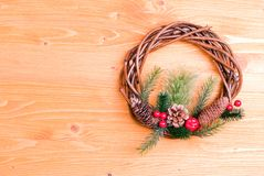 Grinalda do Natal dos galhos com agulhas do pinho e dos cones em um yello Fotografia de Stock Royalty Free