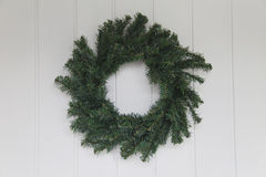 Grinalda do Natal em Front Door branco Foto de Stock