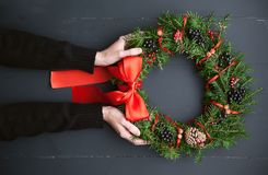 Grinalda do Natal em um fundo de madeira Imagens de Stock Royalty Free