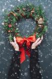 Grinalda do Natal em um fundo de madeira Foto de Stock Royalty Free