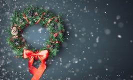 Grinalda do Natal em um fundo de madeira Foto de Stock