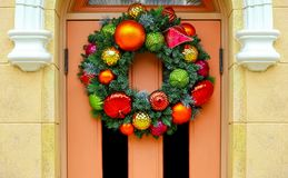 Grinalda do Natal em uma porta de madeira fotografia de stock royalty free