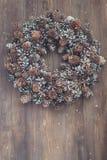 Grinalda do Natal no fundo de madeira Fotografia de Stock Royalty Free