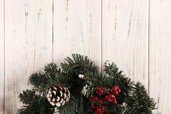 Grinalda do Natal no fundo de madeira imagem de stock