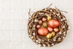 Grinalda do salgueiro da Páscoa e ovos da páscoa coloridos na toalha de mesa branca Copie o espaço, fundo da Páscoa Imagens de Stock Royalty Free