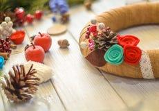 A grinalda e a fita do Natal curvam-se em um fundo da placa de madeira Imagens de Stock Royalty Free