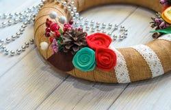 A grinalda e a fita do Natal curvam-se em um fundo da placa de madeira Imagem de Stock Royalty Free