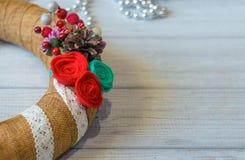 A grinalda e a fita do Natal curvam-se em um fundo da placa de madeira CH Imagem de Stock Royalty Free