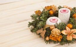 Grinalda e vela do Natal em um fundo claro Foto de Stock Royalty Free