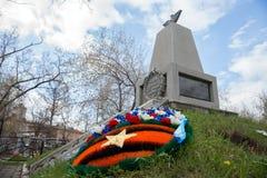 A grinalda fúnebre encontra-se na frente do cenotáfio aos pilotos que deixaram de funcionar em aviões durante WWII no cemitério o imagens de stock