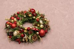 Grinalda feito a mão fresca do Natal decorada com vermelho e decorações do Natal do ouro, abeto-cones e nozes Imagens de Stock Royalty Free