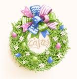 Grinalda festiva da grama da Páscoa com a flor do ovo da curva no bege fotos de stock royalty free
