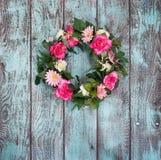 Grinalda floral no fundo do verde do vintage imagens de stock royalty free