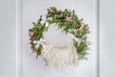 Grinalda na porta, berço do Natal para o recém-nascido fotografia de stock